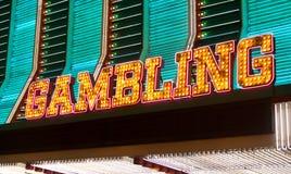 играя в азартные игры неоновый знак Стоковые Изображения RF