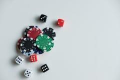 Играя в азартные игры обломоки и карточки на зеленой ткани Стоковое Изображение