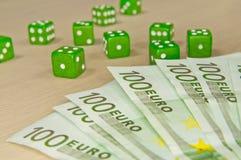 Играя в азартные игры состав - много деньги и dices Стоковая Фотография RF