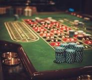 Играя в азартные игры таблица в роскошном казино стоковое фото rf