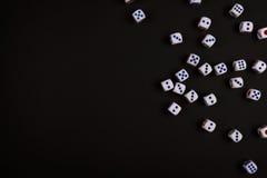 Играя в азартные игры черная предпосылка кости Стоковые Фото