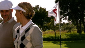 Играя в гольф пары усмехаясь на восемнадцатом отверстии на поле для гольфа акции видеоматериалы