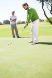 Играя в гольф друзья teeing  Стоковое Изображение