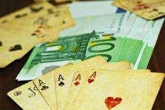Играя карточки и деньги евро на таблице стоковая фотография rf