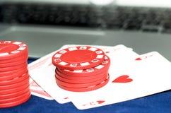 Играя карточки и обломоки игры стоковые изображения