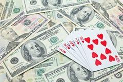 Играя карточки на куче банкнот доллара США Стоковое Изображение RF