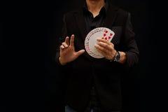 Играя карточки, один вентилятор руки стоковые изображения rf
