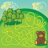 Игра лабиринта или страница деятельности Помогите медведю выбрать правый путь Стоковые Фото