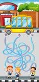 Игра лабиринта с студентами и школьным автобусом Стоковое Изображение