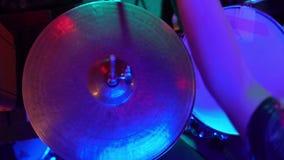 Игра барабанщика барабанчик сток-видео