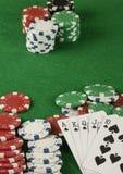 Игра в покер с обломоками на зеленой предпосылке Стоковые Изображения