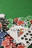 Игра в покер с обломоками на зеленой предпосылке Стоковая Фотография