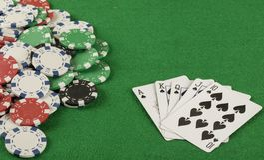 Игра в покер с обломоками на зеленой предпосылке Стоковое фото RF