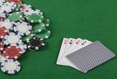 Игра в покер с обломоками на зеленой предпосылке Стоковые Изображения RF
