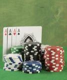 Игра в покер с обломоками на зеленой предпосылке Стоковые Фотографии RF