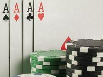 Игра в покер с обломоками на зеленой предпосылке Стоковая Фотография RF