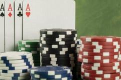 Игра в покер с обломоками на зеленой предпосылке Стоковое Изображение