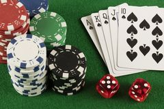 Игра в покер с обломоками на зеленой предпосылке Стоковое Фото