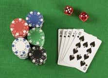Игра в покер с обломоками на зеленой предпосылке Стоковые Фото