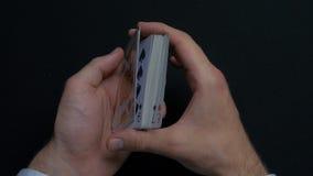 Игра в покер - шаркать карточки Руки ` s человека shuffing карточки конец вверх Руки ` s человека шаркая играя карточки Руки ` s  Стоковое фото RF