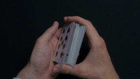 Игра в покер - шаркать карточки Руки ` s человека shuffing карточки конец вверх Руки ` s человека шаркая играя карточки Руки ` s  Стоковая Фотография RF