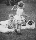Игра девушек или сестер на летний день внешний стоковая фотография