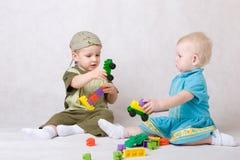 игра девушки мальчика совместно стоковое фото rf