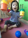 игра девушки шариков младенца стоковые изображения rf