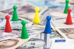 Игра денег мира красочными пластичными figurines игры на internati Стоковое Изображение RF