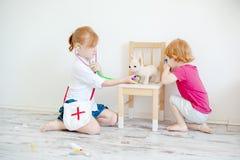 Игра детей в ветеринаре стоковые фотографии rf