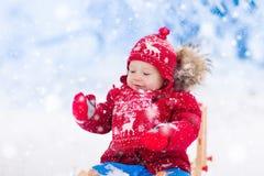 Игра детей в снеге Езда саней зимы для детей Стоковое Фото