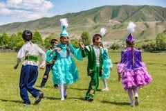 Игра детей в традиционных костюмах Kazahk Стоковые Фотографии RF