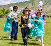 Игра детей в традиционных костюмах Kazahk Стоковые Изображения
