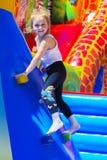 Игра детей на раздувной спортивной площадке ` s детей Стоковые Изображения
