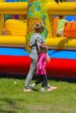 Игра детей на раздувной спортивной площадке ` s детей Стоковое Фото