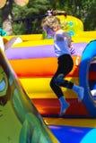 Игра детей на раздувной спортивной площадке ` s детей Стоковые Фото