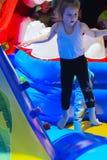 Игра детей на раздувной спортивной площадке ` s детей Стоковая Фотография RF