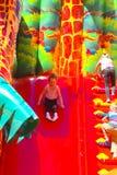 Игра детей на раздувной спортивной площадке ` s детей Стоковая Фотография