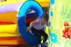 Игра детей на раздувной спортивной площадке ` s детей Стоковое Изображение RF