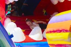 Игра детей на спортивной площадке раздувных детей Стоковая Фотография