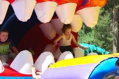 Игра детей на спортивной площадке раздувных детей Стоковое фото RF