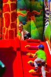 Игра детей на спортивной площадке раздувных детей Стоковое Фото