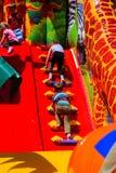 Игра детей на спортивной площадке раздувных детей Стоковые Фото