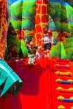 Игра детей на спортивной площадке раздувных детей Стоковое Изображение RF