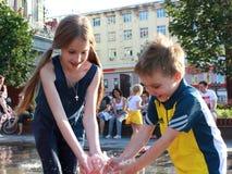 Игра детей на фонтане стоковые изображения rf