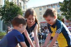 Игра детей на фонтане стоковое изображение rf