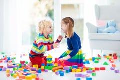 Игра детей с блоками игрушки игрушки иллюстрации детей 3d Стоковая Фотография RF