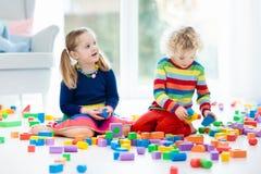 Игра детей с блоками игрушки игрушки иллюстрации детей 3d Стоковое Изображение