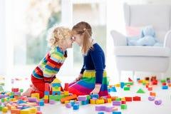 Игра детей с блоками игрушки игрушки иллюстрации детей 3d Стоковые Фотографии RF