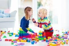 Игра детей с блоками игрушки игрушки иллюстрации детей 3d Стоковое Изображение RF